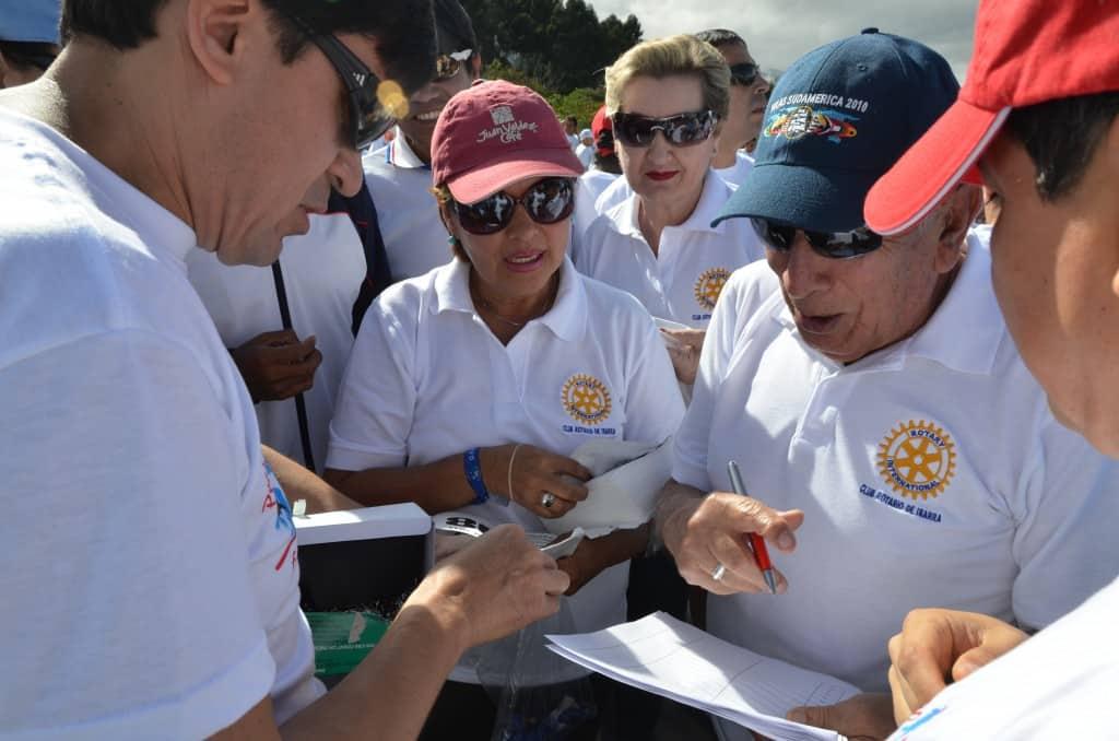 Los miembros del Club Rotario inscribiendo a los participantes