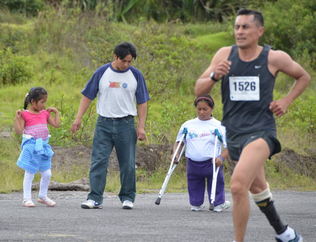 Melany and Jaime pass in the race